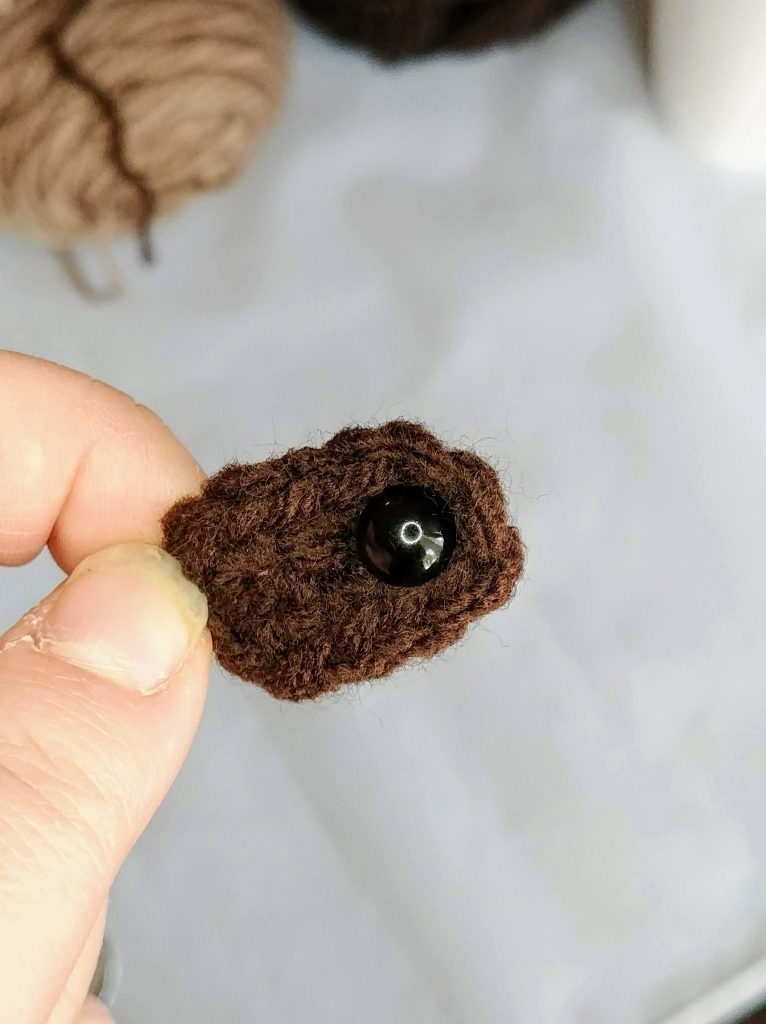 Sloth Hook Case - Free Crochet Pattern by The Loopy Lamb  #sloth #crochet #freecrochetpattern #crochetpattern #crochetsloth #hookcase #clutch #easycrochetpattern #beginnercrochet
